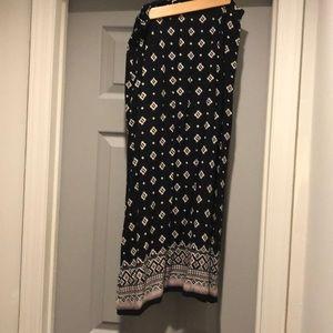 High waist skirt, high slit, black patterned!